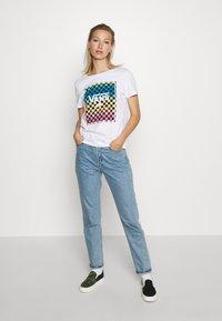 Vans - VINTAGE CHECK BOX - T-shirt con stampa - white - 1
