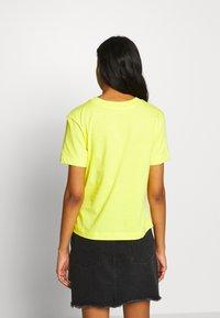 Vans - JUNIOR  BOXY - Print T-shirt - lemon tonic - 2