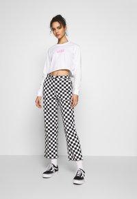 Vans - AIRBORNE CROP - Maglietta a manica lunga - white/fuchsia pink - 1