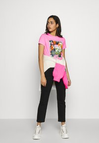 Vans - BOXLET - T-shirt con stampa - fuchsia pink - 1