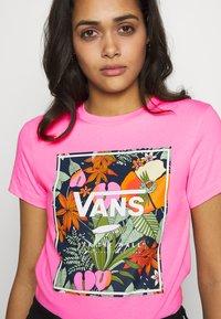 Vans - BOXLET - T-shirt con stampa - fuchsia pink - 4