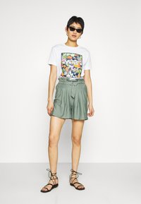 Vans - SONGWRITER JUNIOR BOXY - Print T-shirt - white - 1