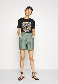 Vans - SONGWRITER JUNIOR BOXY - Print T-shirt - black - 1