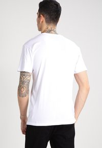 Vans - CLASSIC - T-shirt con stampa - white/black - 2