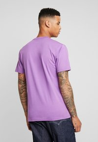 Vans - CLASSIC - T-Shirt print - dewberry/white - 2