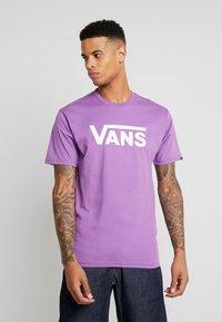 Vans - CLASSIC - T-Shirt print - dewberry/white - 0