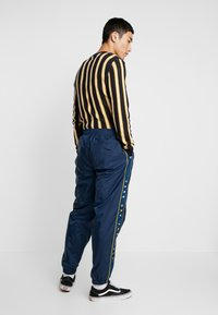 Vans - RETRO ACTIVE PANT - Pantaloni sportivi - dress blues - 2