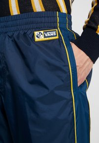 Vans - RETRO ACTIVE PANT - Pantaloni sportivi - dress blues - 5
