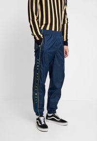 Vans - RETRO ACTIVE PANT - Pantaloni sportivi - dress blues - 0