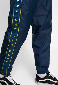 Vans - RETRO ACTIVE PANT - Pantaloni sportivi - dress blues - 3