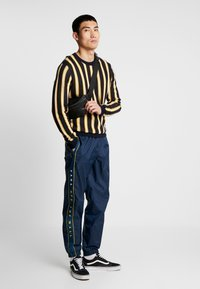 Vans - RETRO ACTIVE PANT - Pantaloni sportivi - dress blues - 1