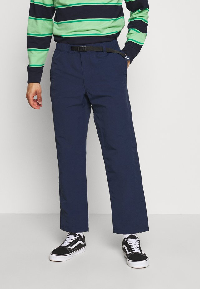 PILGRIM SURF AND SUPPLY PANT - Tygbyxor - dress blues