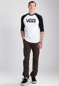 Vans - CLASSIC RAGLAN CUSTOM FIT  - Langarmshirt - white/black - 1