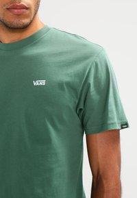 Vans - LEFT CHEST LOGO TEE - T-shirt - bas - dark forest - 3