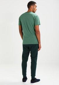 Vans - LEFT CHEST LOGO TEE - T-shirt - bas - dark forest - 2