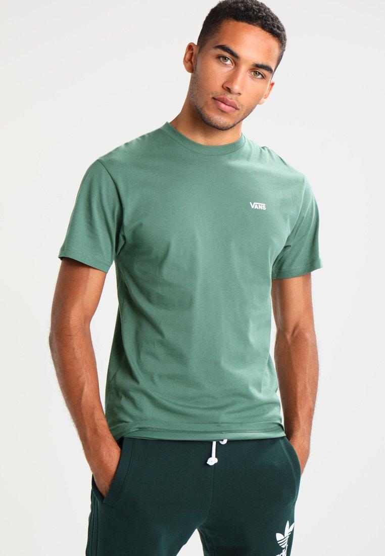 Vans - LEFT CHEST LOGO TEE - T-shirt - bas - dark forest