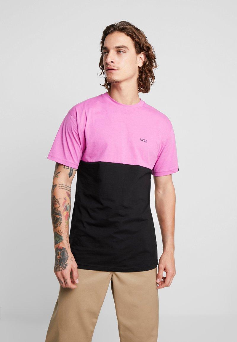 Vans - COLORBLOCK TEE - Camiseta estampada - rosebud/black