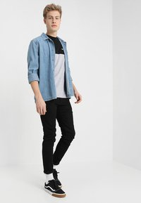 Vans - COLORBLOCK TEE - Camiseta estampada - black/mottled - 1