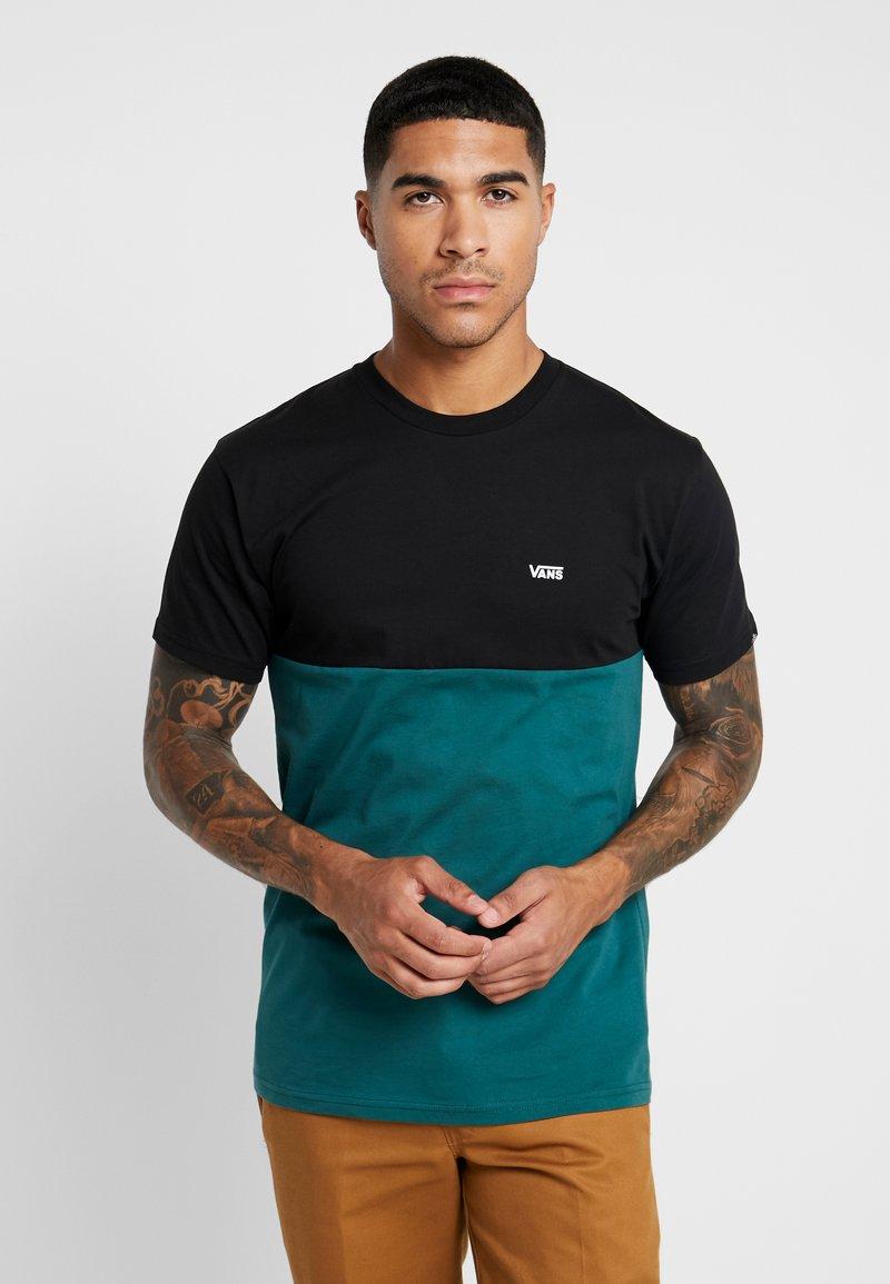 Vans - COLORBLOCK TEE - Camiseta estampada - black/trekking green