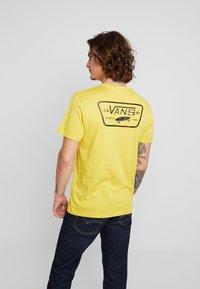 Vans - FULL PATCH BACK  - T-shirt med print - sulphur/black - 2
