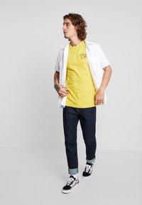 Vans - FULL PATCH BACK  - T-shirt med print - sulphur/black - 1