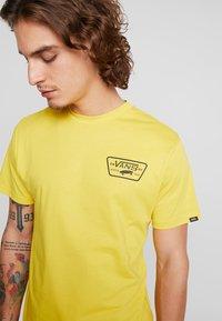 Vans - FULL PATCH BACK  - T-shirt med print - sulphur/black - 4