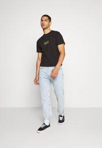 Vans - EASY BOX  - T-shirt con stampa - black/yellow cream - 1