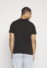 Vans - EASY BOX  - T-shirt con stampa - black/yellow cream - 2