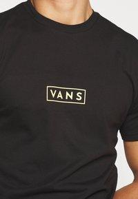 Vans - EASY BOX  - T-shirt con stampa - black/yellow cream - 5