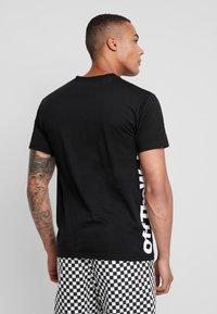 Vans - DISTORT PERFORMANCE  - T-shirt med print - black - 2