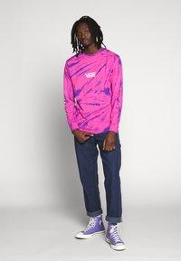 Vans - TIE DYE CHECKER SLEEVE - Long sleeved top - fuchsia/purple - 1