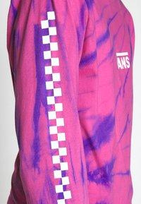 Vans - TIE DYE CHECKER SLEEVE - Long sleeved top - fuchsia/purple - 5
