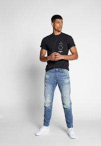 Vans - DISTORTION TYPE - T-shirt con stampa - black - 1