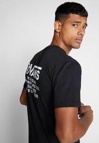 Vans - DISTORTION TYPE - T-shirt con stampa - black - 3
