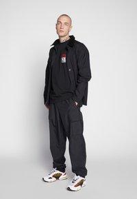 Vans - NEW STAX  - T-shirt con stampa - black - 1