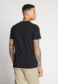 Vans - CHERRIES POCKET  - T-shirt con stampa - black - 2