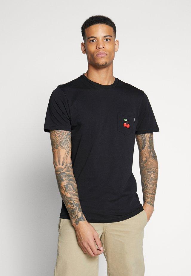 CHERRIES POCKET  - T-shirt med print - black