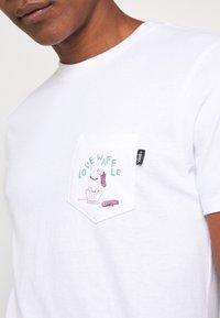 Vans - LOVE WAFFLE VINTAGE OVERDYE - Camiseta estampada - white - 5