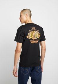 Vans - OFF THE WAFFLE  - T-shirt z nadrukiem - black - 0