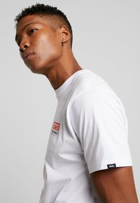 Vans - THROUGH THE WALL - T-shirt con stampa - white - 3