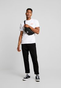 Vans - THROUGH THE WALL - T-shirt con stampa - white - 1