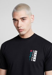 Vans - BE MINE FOREVER - T-shirt con stampa - black - 5