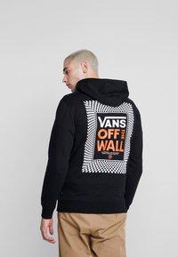 Vans - CHECKERBOARD ROOM - Felpa con cappuccio - black - 0