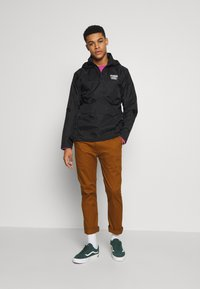 Vans - DISTORT TYPE ANORAK - Giacca a vento - black - 1