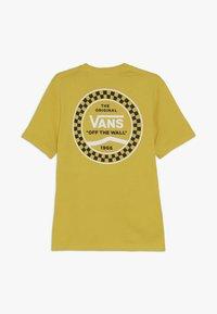 Vans - CHECKERED SIDE STRIPE BOYS - T-shirt imprimé - sulphur - 1