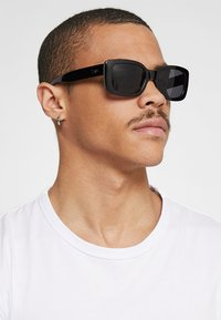 Vans - KEECH SHADES - Occhiali da sole - black/dark smoke - 1