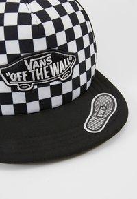Vans - CLASSIC PATCH TRUCKER PLUS BOYS - Gorra - black/white - 2