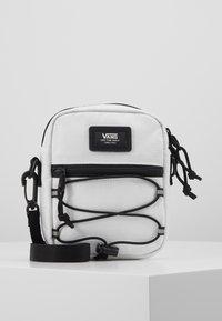 Vans - BAIL SHOULDER BAG - Umhängetasche - white - 0