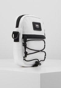 Vans - BAIL SHOULDER BAG - Umhängetasche - white - 4