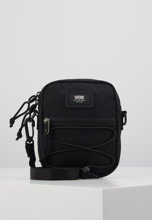 BAIL SHOULDER BAG - Axelremsväska - black